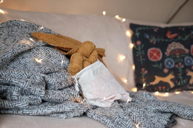 Fjern selv pletter og rens uld og uldstof. Find din plet og fremgangsmåde for pletrens af uld i skemaet.